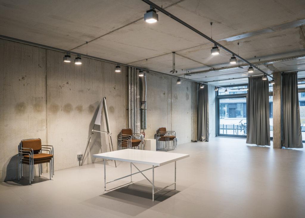 Projectruimtes op de begane grond in het Metropolenhaus in Berlijn door bfstudio-architekten Beeld Sebastian Wells