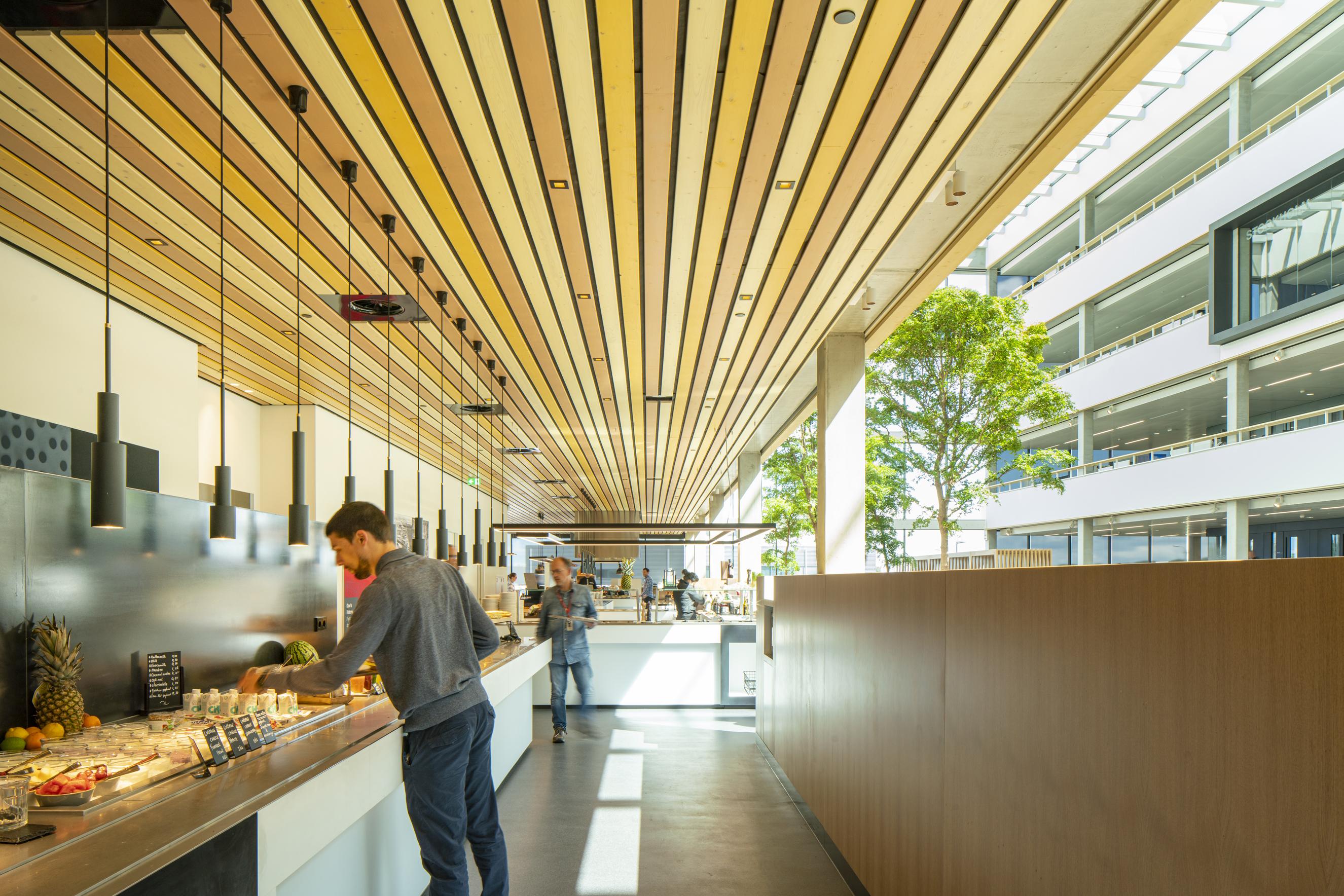 <p>Restaurant gelegen aan atrium &#8211; foto Frank Hanswijk</p>