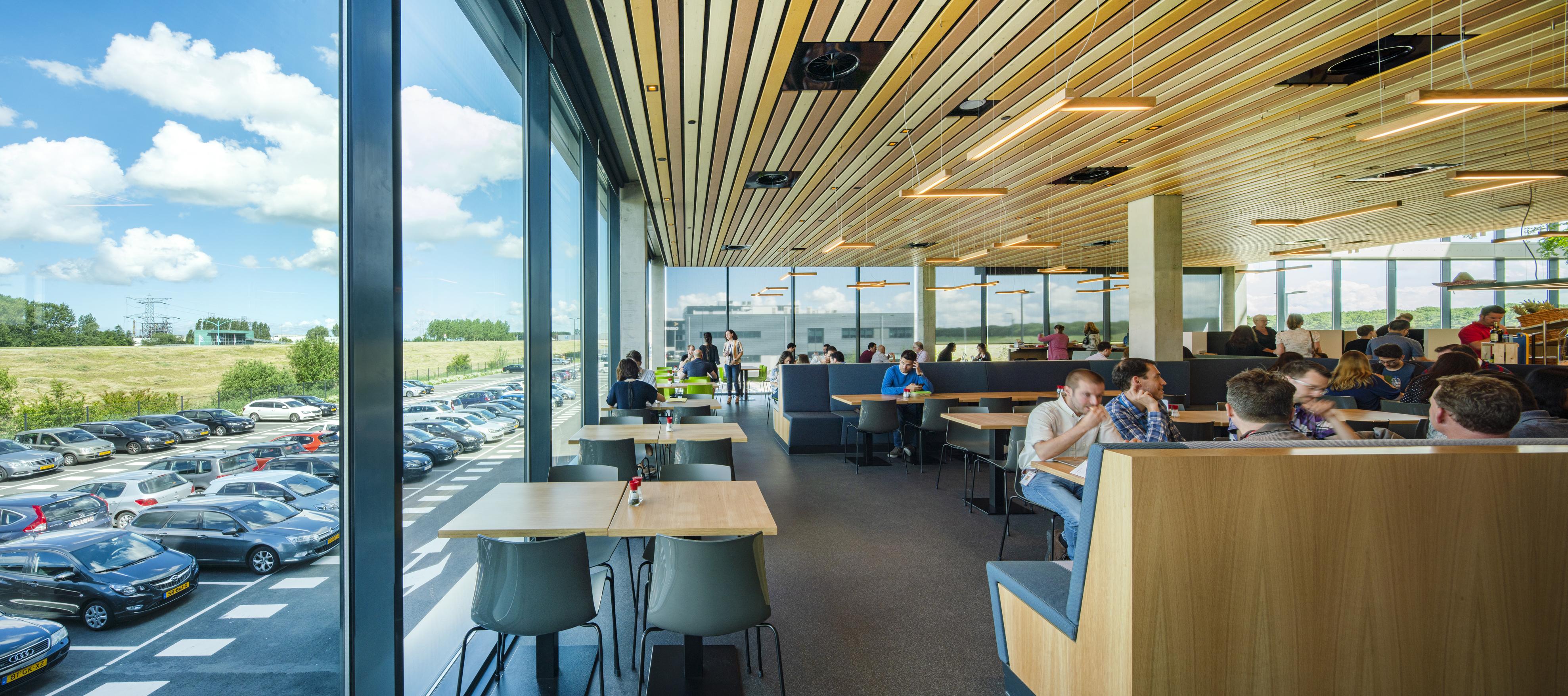 <p>Het gehele ontwerp van het nieuwe hoofdkantoor van Dow Benelux is gericht op het verbinden van binnen en buiten  &#8211; foto Frank Hanswijk</p>