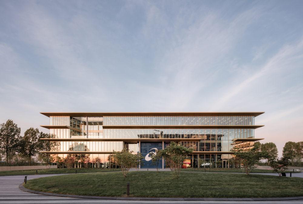 Samenspel van werkbeleving en merkidentiteit – Hoofdkantoor ASICS EMEA in Hoofddorp door Powerhouse Company