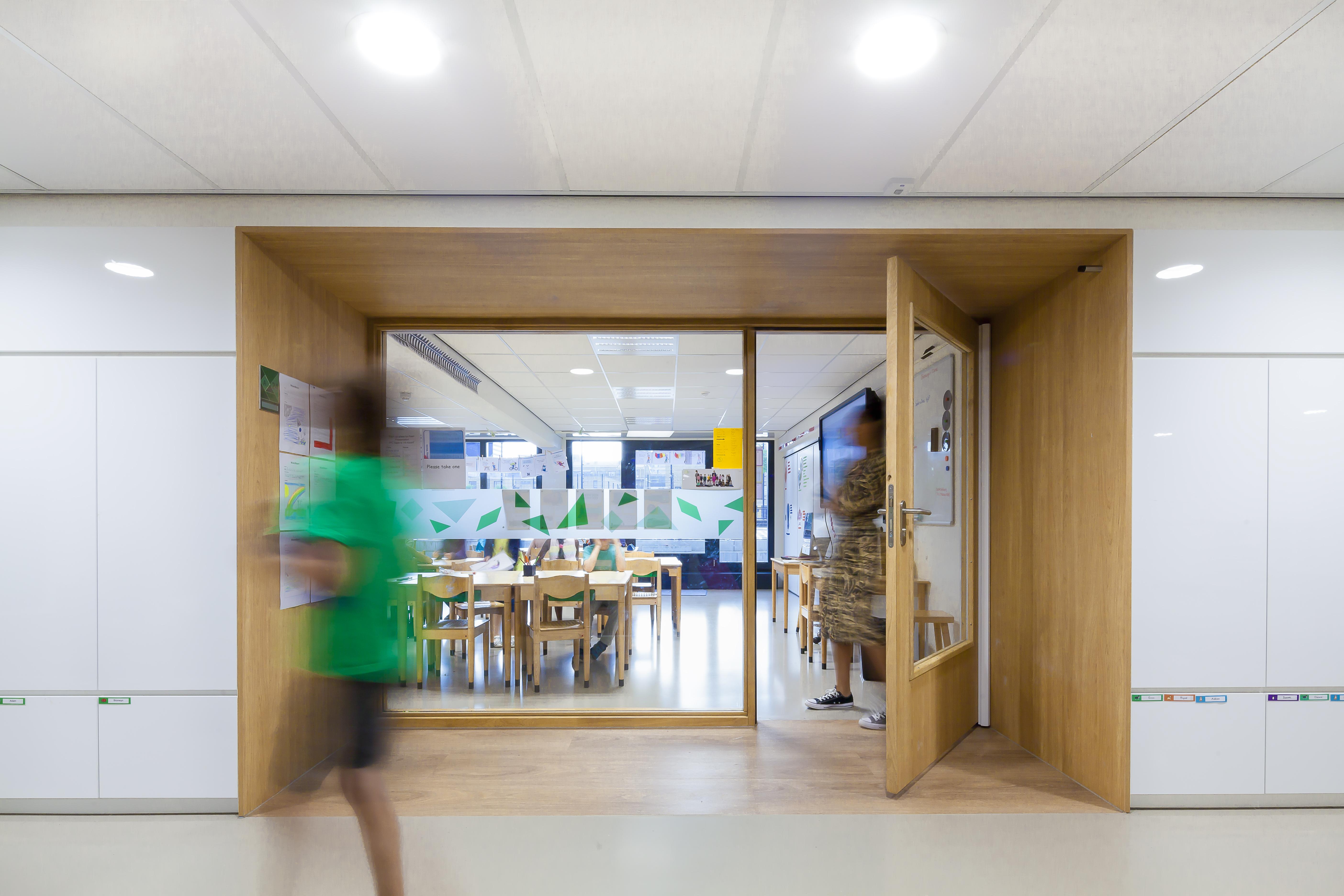 <p>Zicht op het klaslokaal vanuit de gang, foto Sonia Arrepia</p>