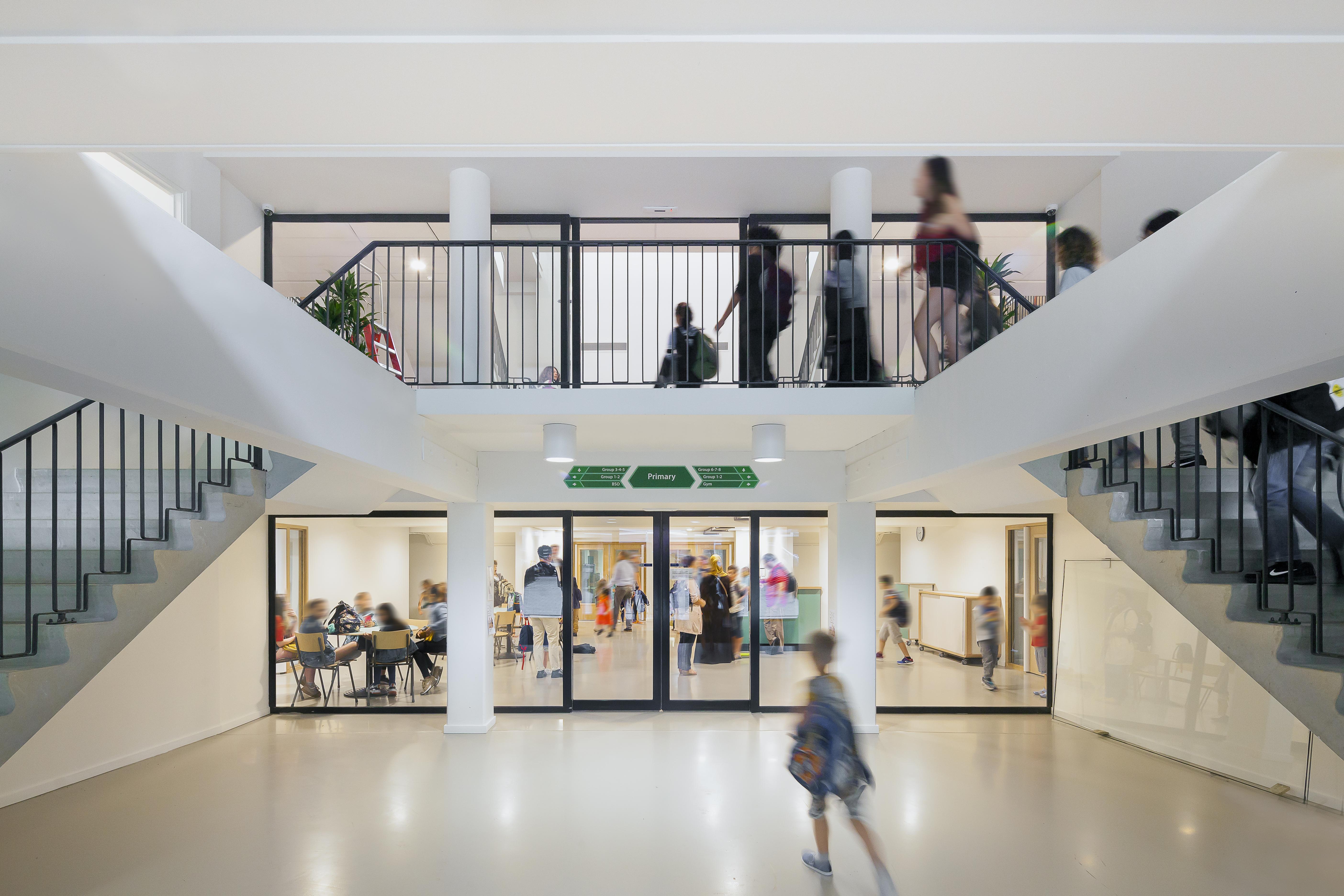 <p>Het trappenhuis met blik op de nieuwe begane grond en eerste verdieping, foto Sonia Arrepia</p>