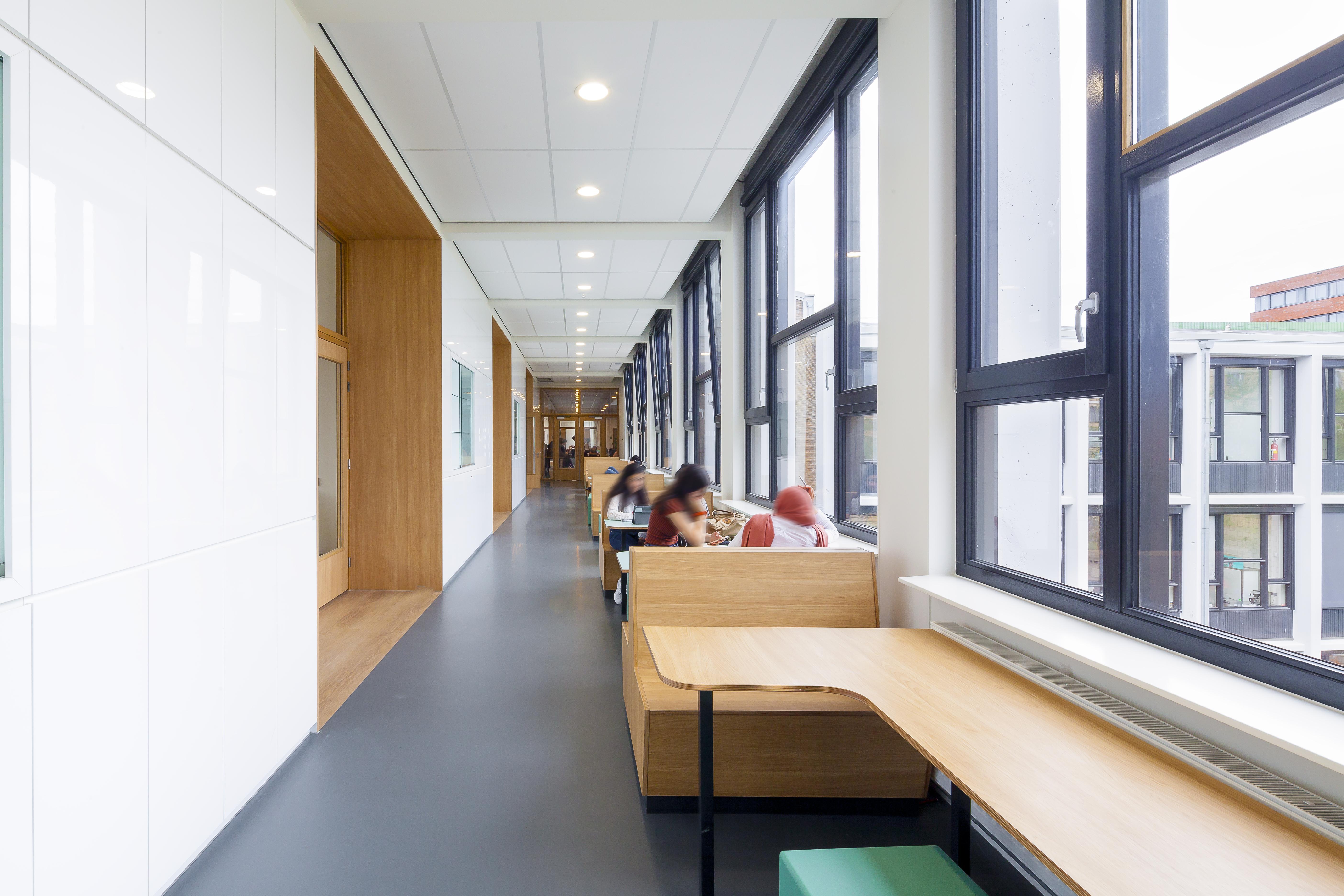 <p>Extra studieruimte op de gangen van het voortgezet onderwijs, foto Sonia Arrepia</p>