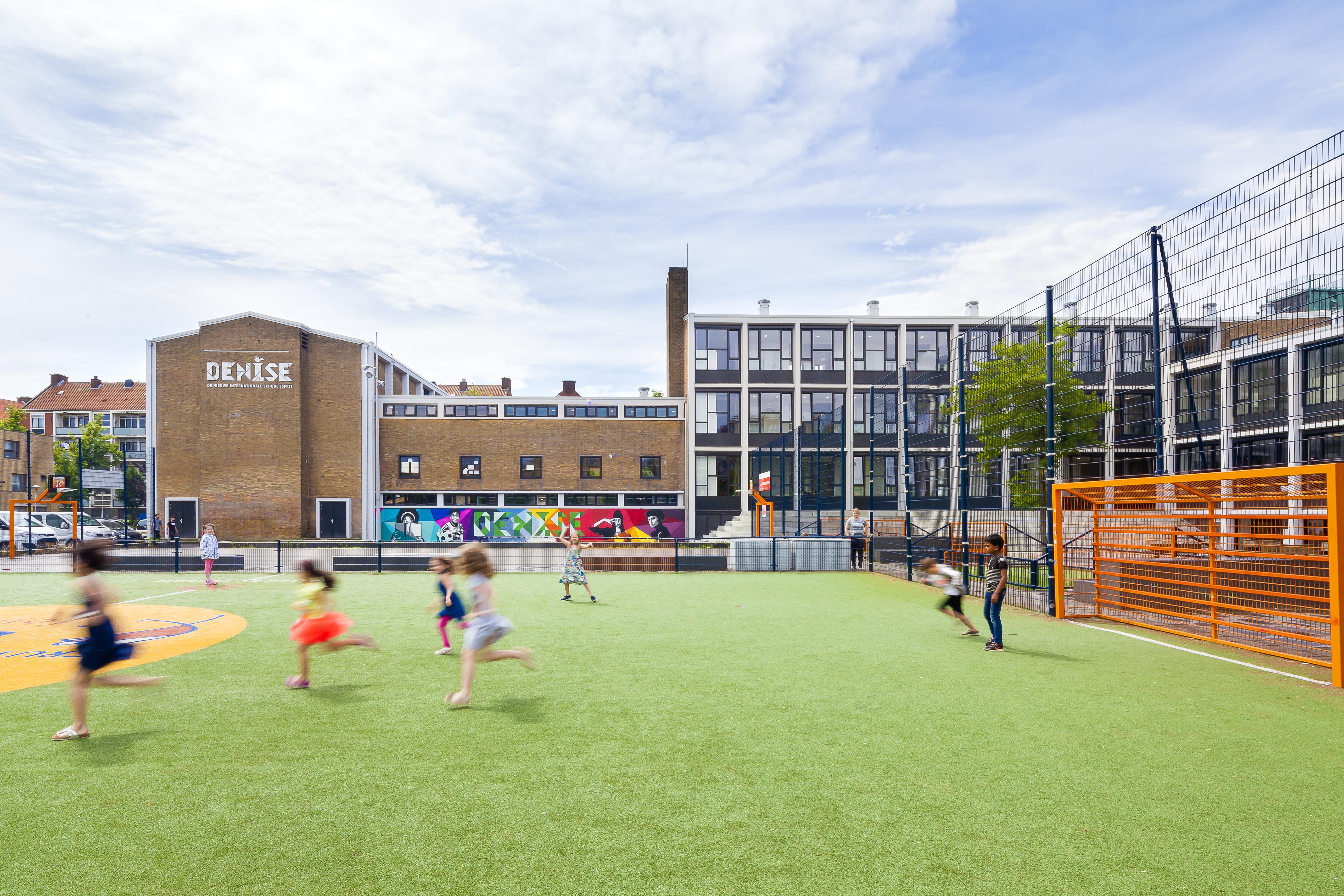 <p>De school en het sportveld van DENISE, foto Sonia Arrepia</p>
