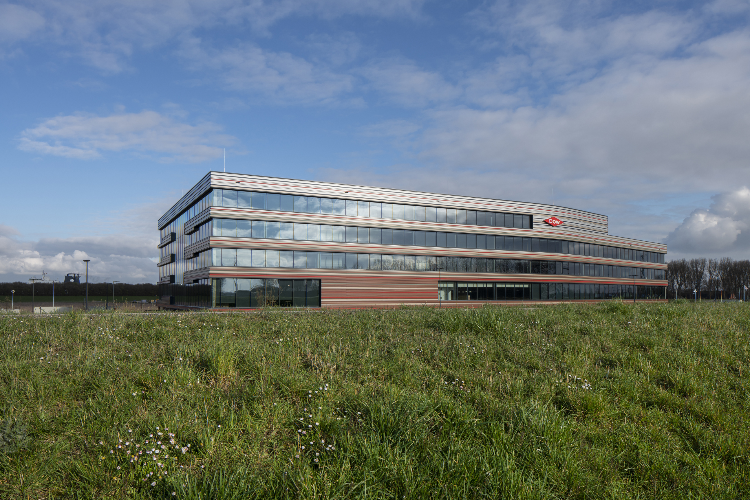 <p>Het Zeeuwse polderlandschap diende als inspiratiebron voor het ontwerp van het gebouw.  Rijdend door de omgeving zie je een kleurverloop van aarde en groen naar de lichtgrijsblauwe lucht &#8211; foto Frank Hanswijk</p>