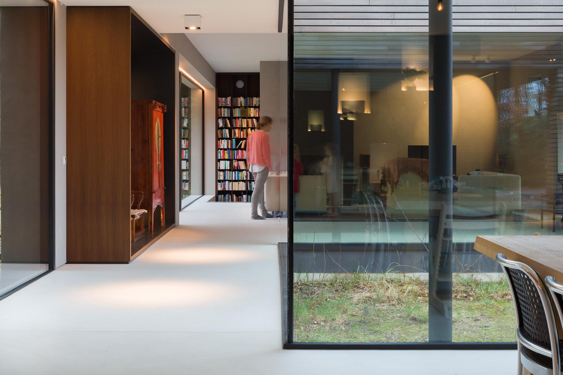 <p>Zicht expo bibliotheek woonkamer. Beeld Rob van Esch   Ruimtes in Beeld</p>