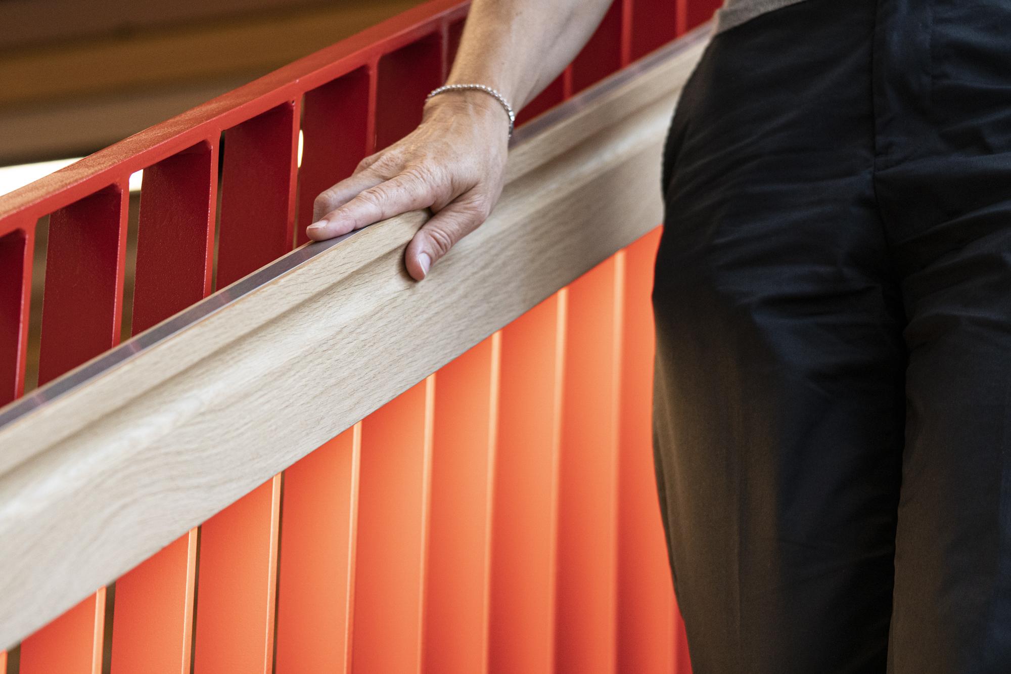<p>Zodra de trapleuning wordt aangeraakt gaat de verlichting in de leuning aan. Dit stimuleert veilig en actief gebruik van de trap &#8211; foto Frank Hanswijk</p>