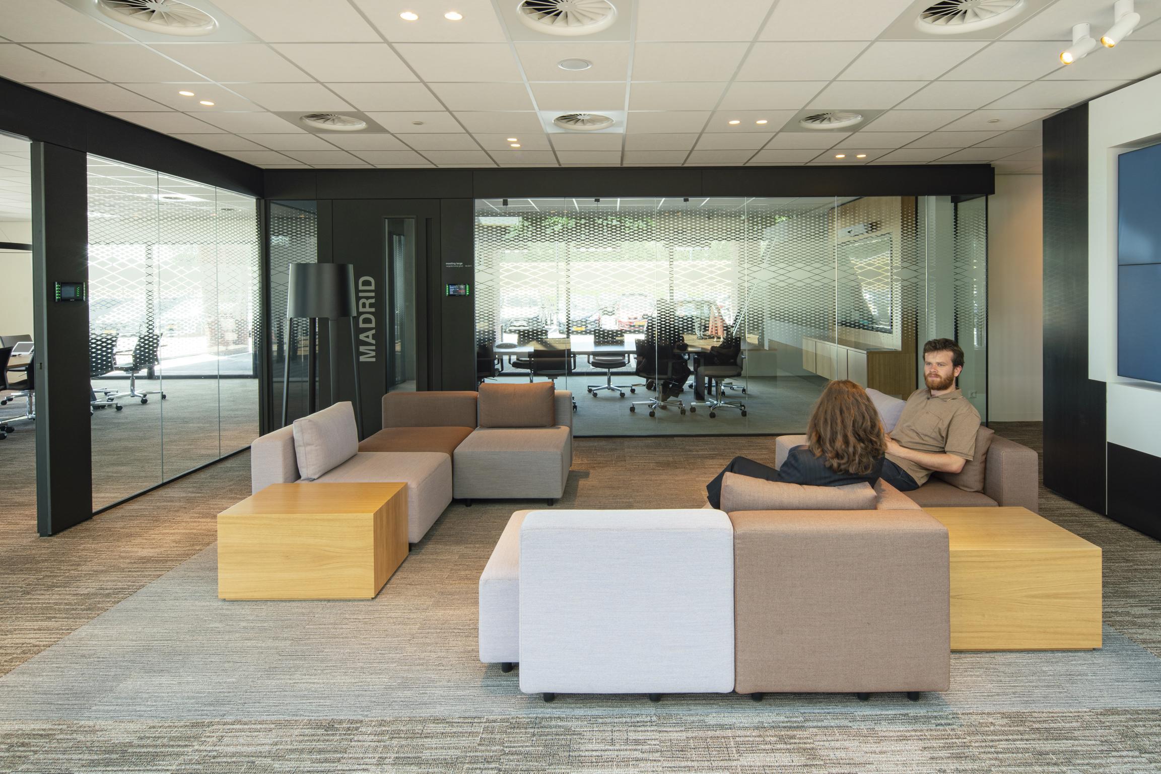 <p>Transparante ontmoetingsruimtes, vanuit het hele gebouw zichtbaar, dragen bij aan een open werksfeer &#8211; foto Frank Hanswijk</p>