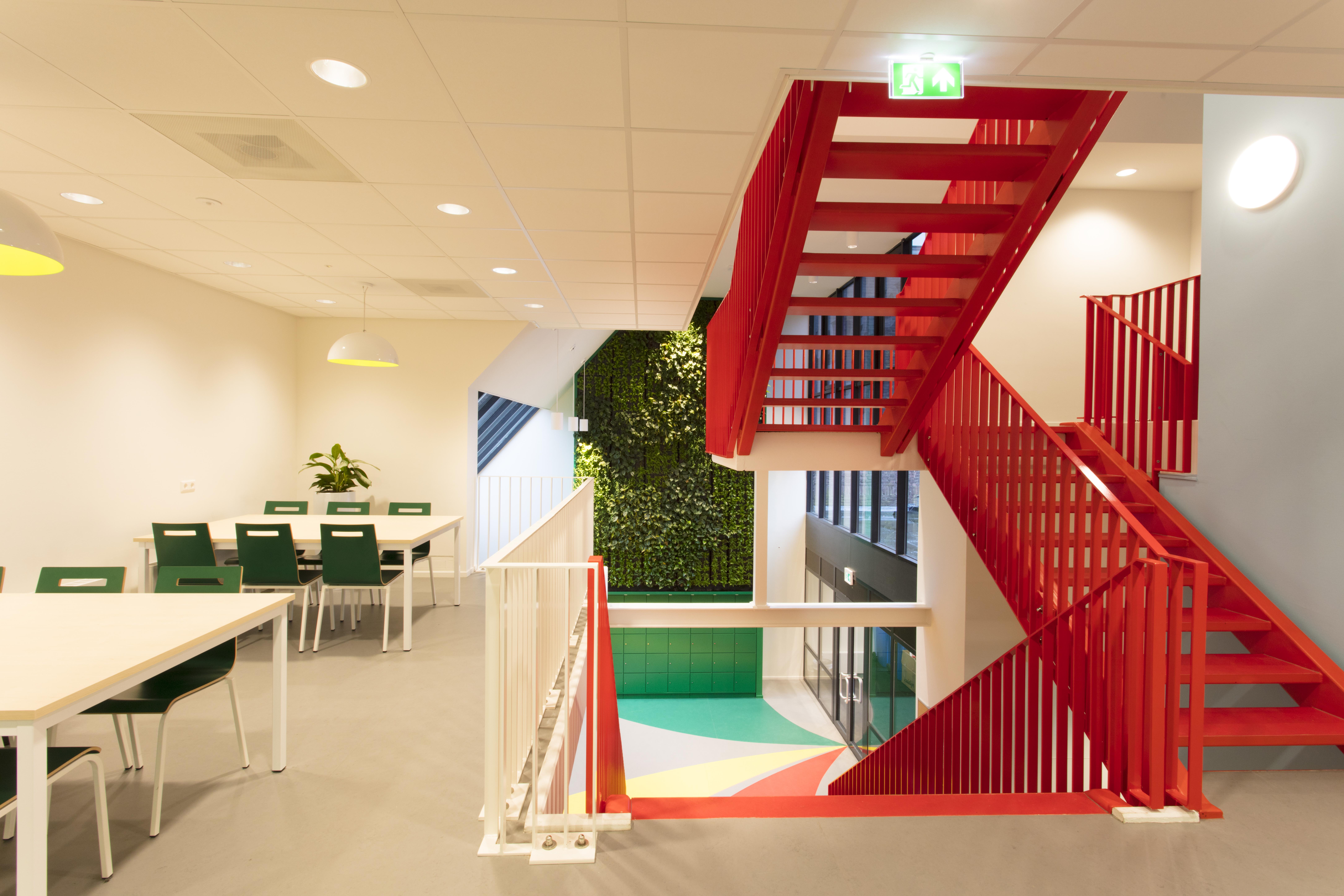 <p>Groene wand aula</p>