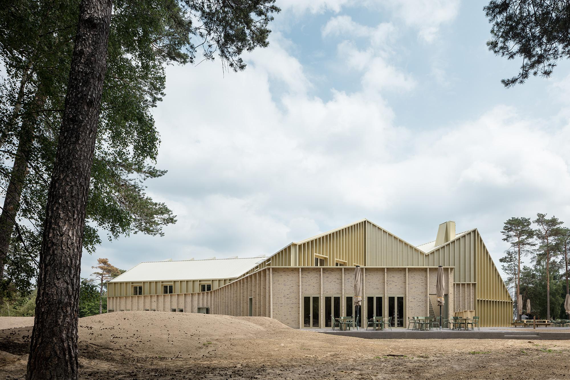 <p>Park Paviljoen Het Nationale Park De Hoge Veluwe door De Zwarte Hond en Monadnock. Beeld Stijn Bollaert</p>