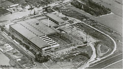 <p>Kabeldistrict Delft 1951. Luchtfoto van de kabelfabriek 2 aan de Schieweg gezien naar het oosten</p>