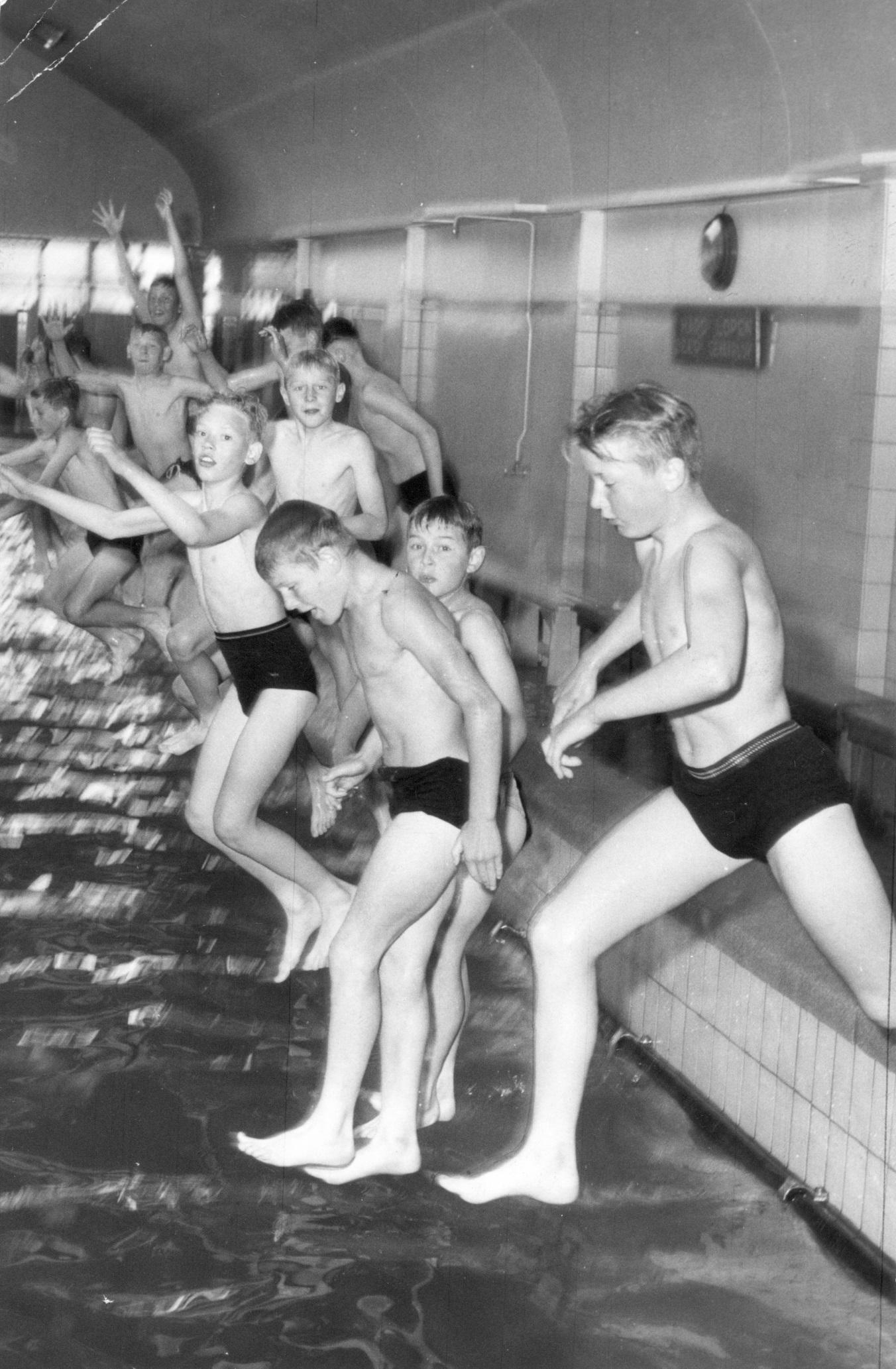 <p>Historische foto Spaardersbad, schoolzwemmen, ca. 1965</p>
