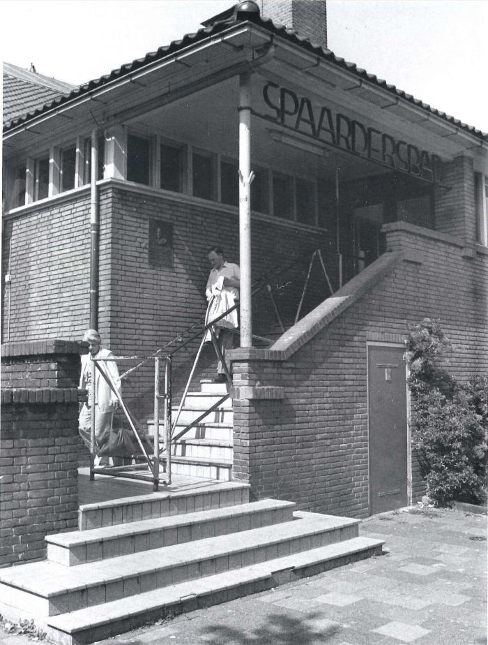 <p>Historische foto entree van het Spaardersbad</p>