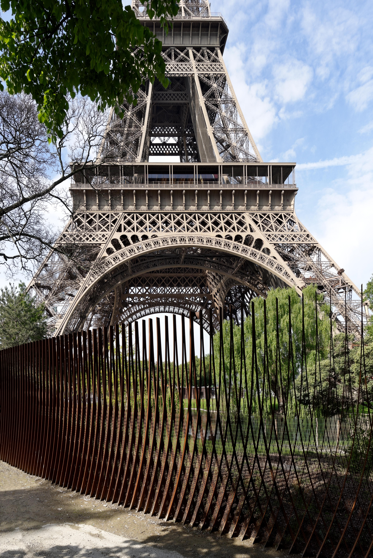 <p>Hekwerk en zicht op de Eiffeltoren. Beeld David Boureau</p>