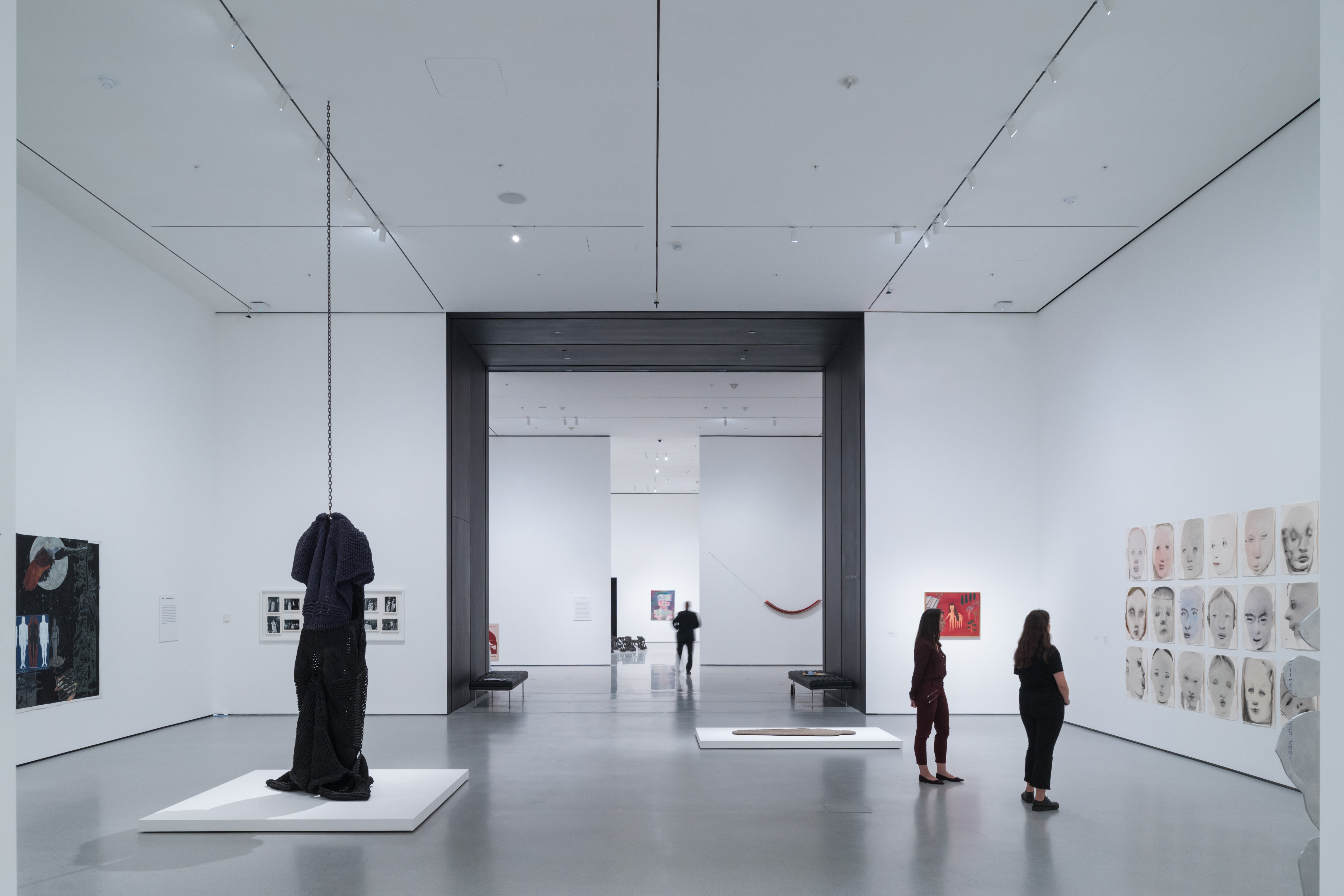 <p>MoMa Fase 2. Installation View of David Geffen Wing gallery 206, Transfigurations, The Museum of Modern Art<br /> With view of Blackened Steel Portal Beeld Iwan Baan. Courtesey of MoMa</p>