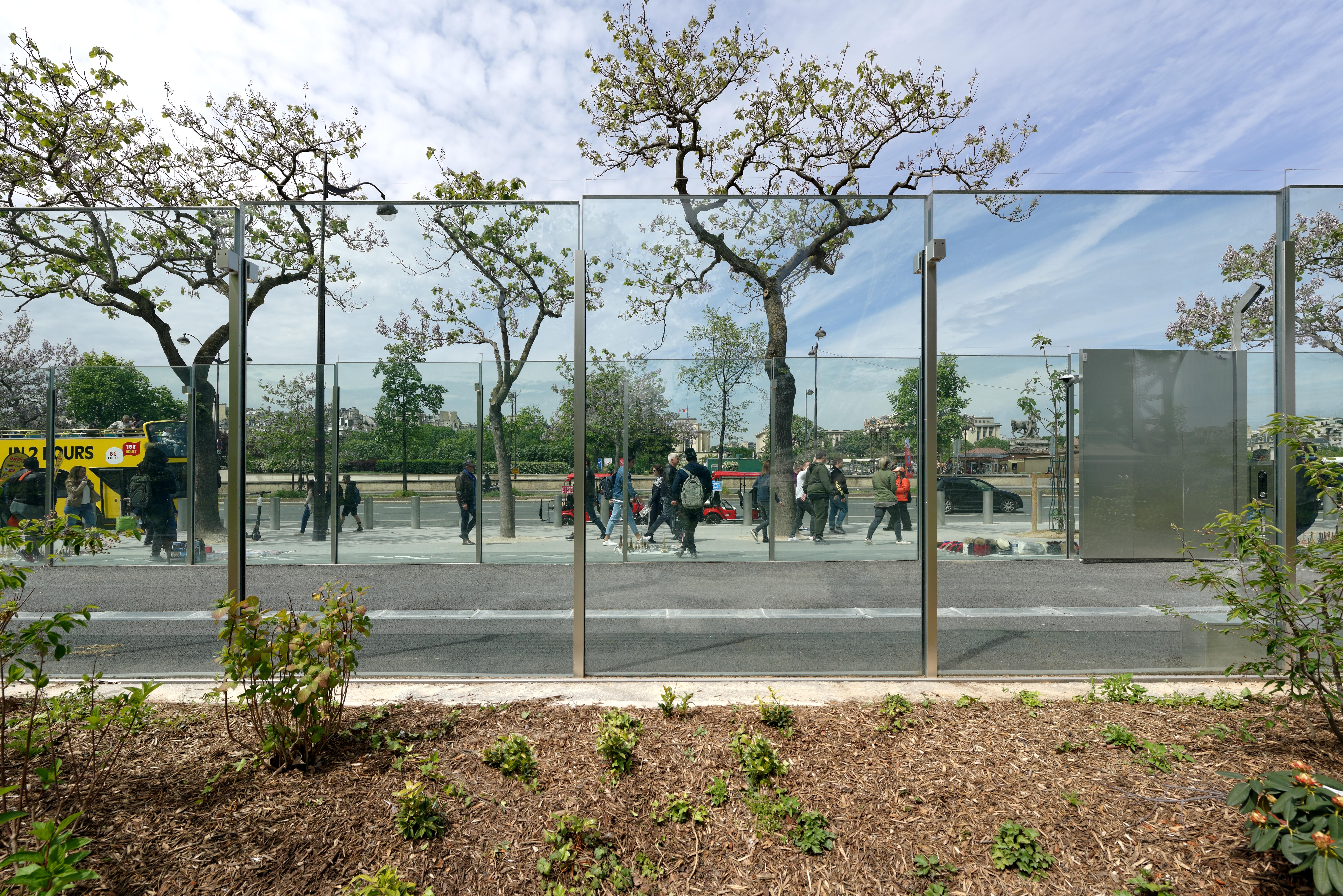 <p>Beeld vanaf de binnenkant. Parijs verbeterde beveiliging rond Eiffeltoren door Dietmar Feichtinger Architects. Beeld David Boureau</p>