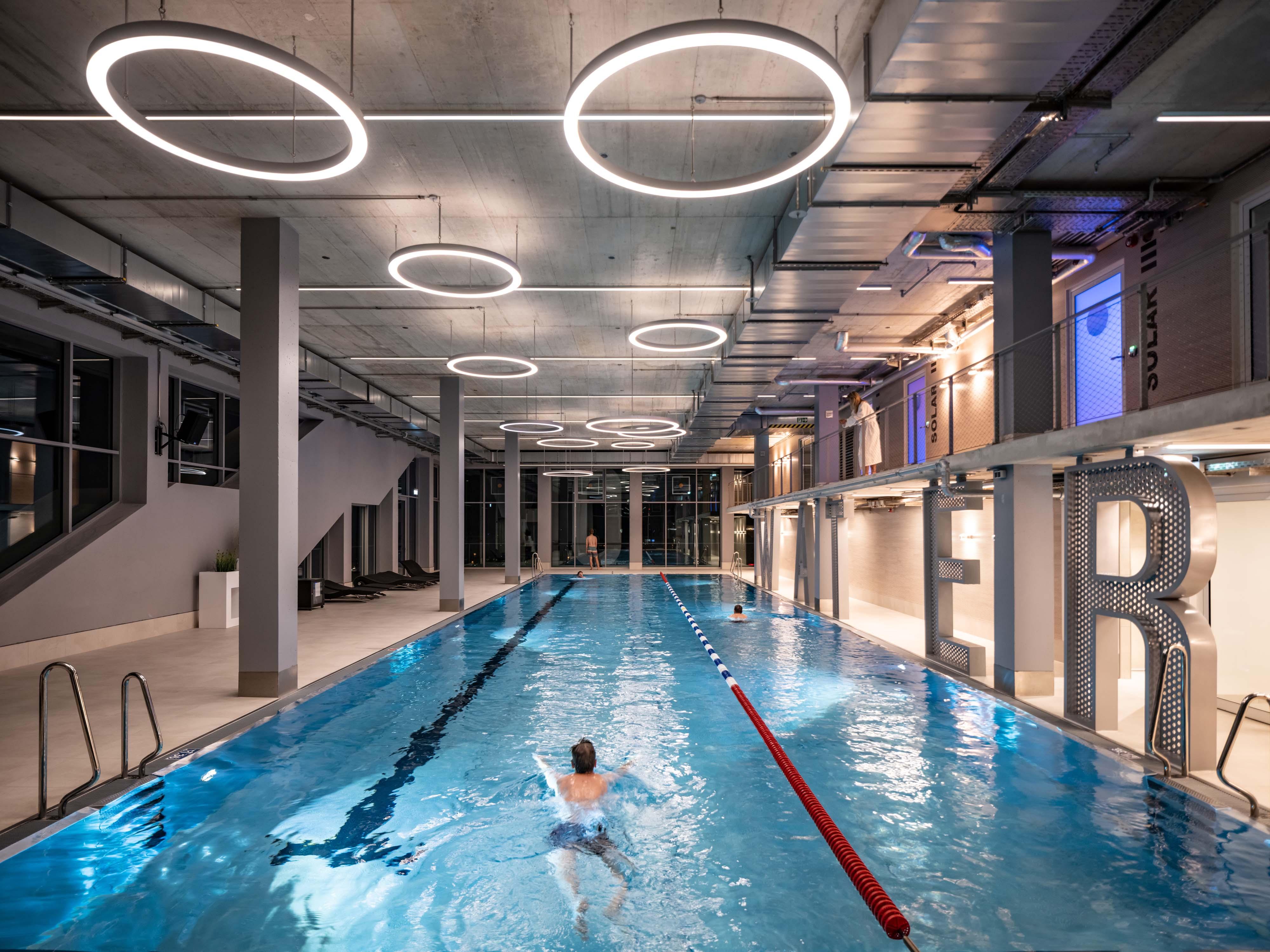 <p>De gehele derde verdieping is gereserveerd voor een zwembad, dat zwemmers uitzicht biedt over de stad beeld Ossip van Duivenbode</p>