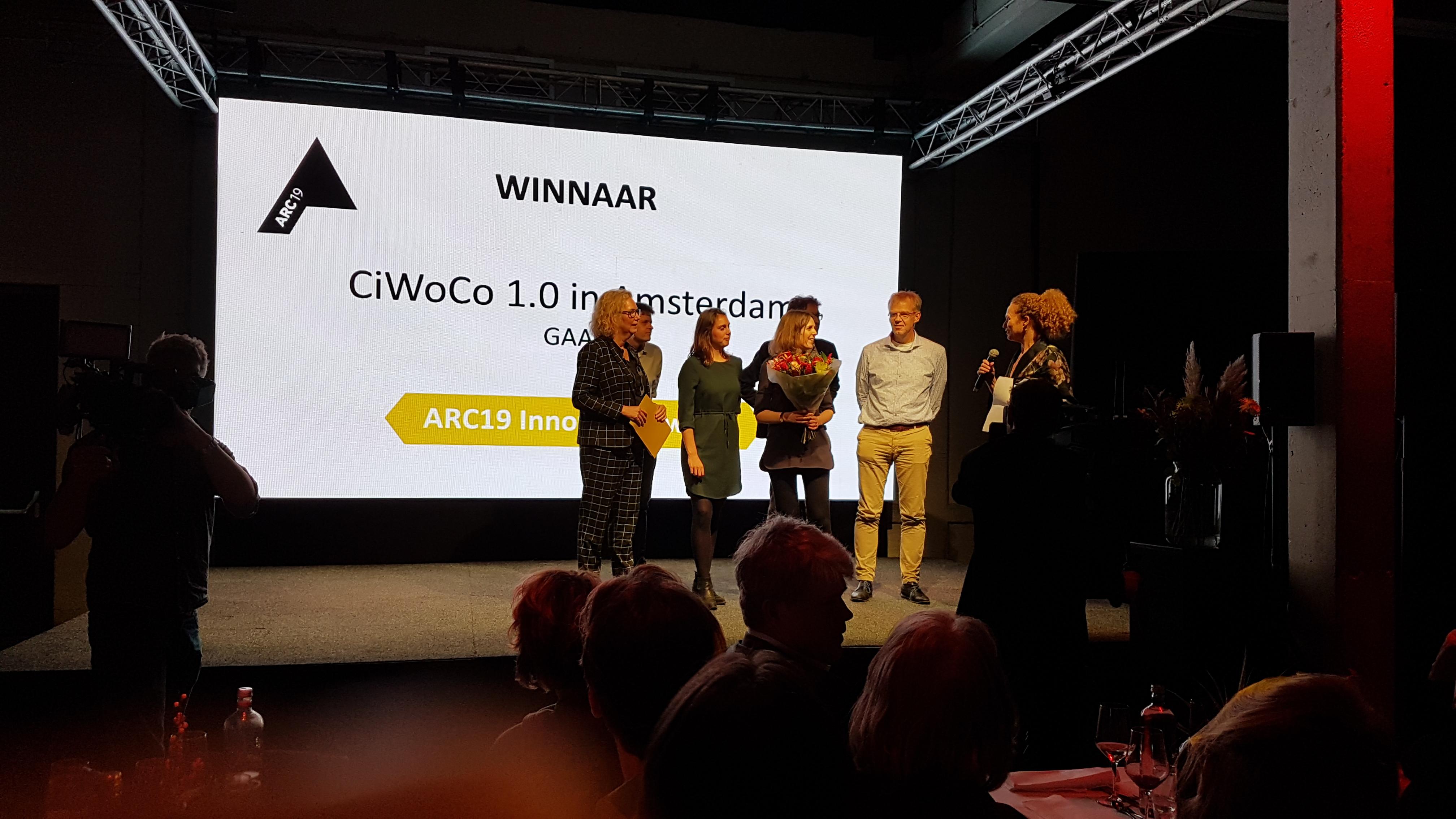 <p>GAAGA ontvangt uit handen van Irma van Oort van KCAP de ARC19 Innovatie Award voor CiWoCo 1.0</p>