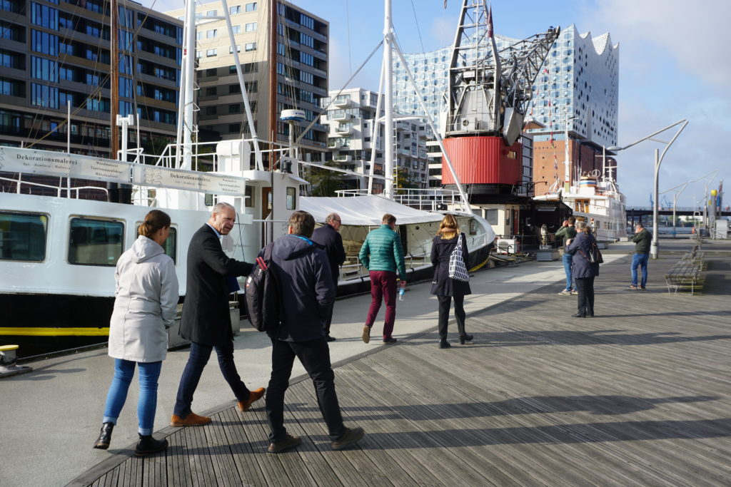 Architectuurreis Hamburg: Rondleiding met Thorsten Gödtel (HafenCity GmbH) door HafenCity. Beeld Benno Nijenhuis