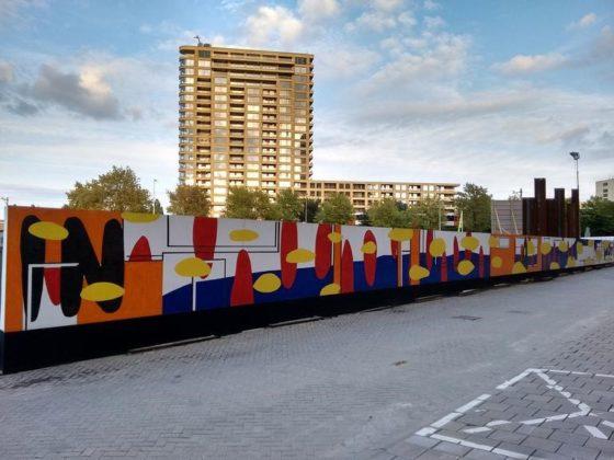 Beschildering bouwschutting HAUT verwijst naar bestaande woningen in de buurt