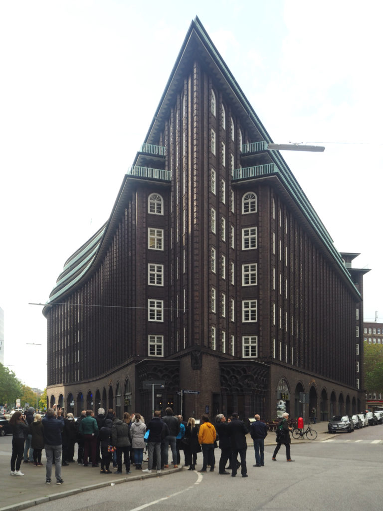 Architectuurreis Hamburg: Rondleiding met Tomas Kaiser bij Chilehaus door Fritz Höger. Beeld Jo Janssen
