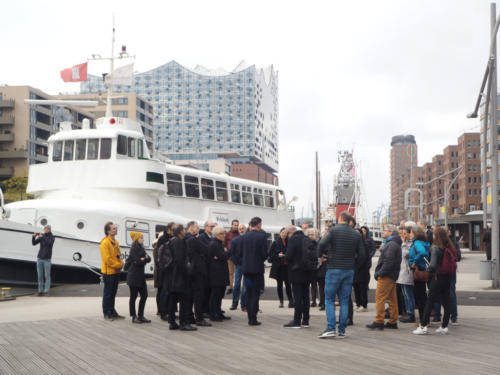 Architectuurreis Hamburg: Rondleiding met Thorsten Gödtel (HafenCity GmbH) door HafenCity. Beeld Jo Janssen