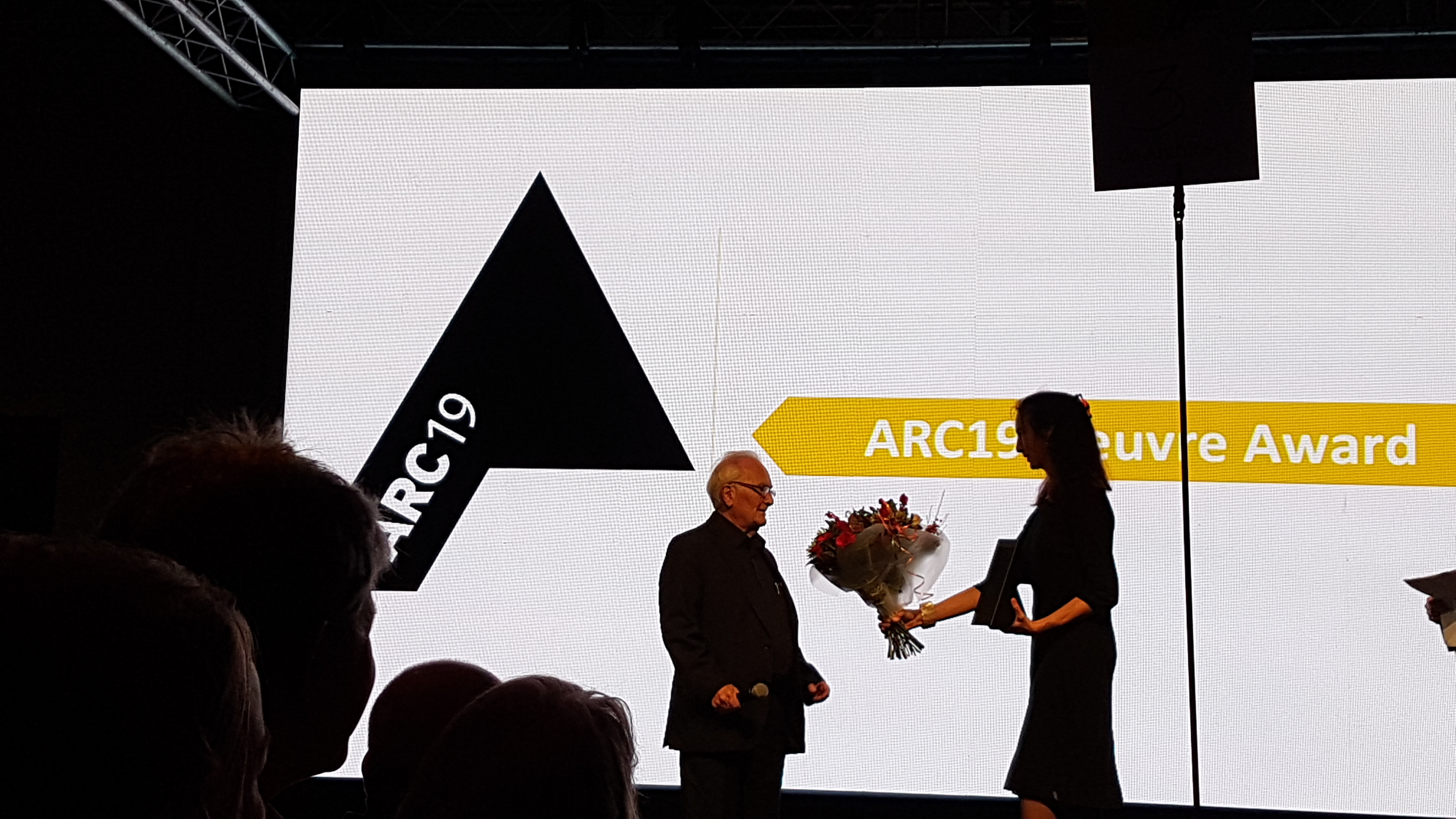 <p>Herman Hertzberger ontvangt uit handen van Madeleine Maaskant de ARC19 Oeuvre Award</p>