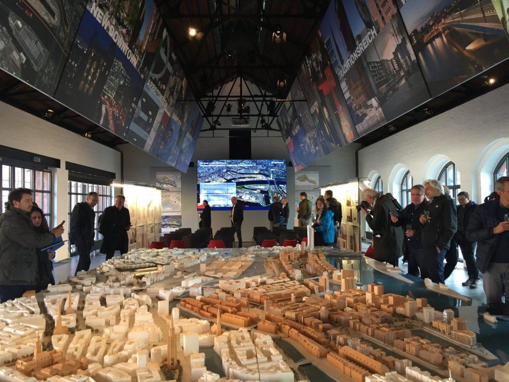Architectuurreis Hamburg: Maquette HafenCity in het Kesselhaus. Beeld Loes Thijssen