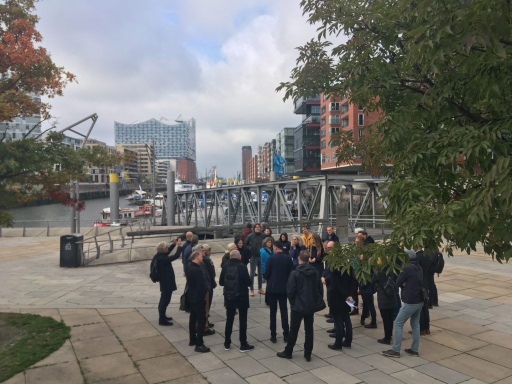 Architectuurreis Hamburg: Rondleiding met Thorsten Gödtel (HafenCity GmbH) door HafenCity. Beeld Marieke Giele