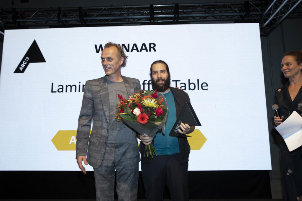 Richard Hutten (links) met de winnaar van de ARC19 Meubel Award. Beeld J.W. Kaldenbach Feestavond ARC19