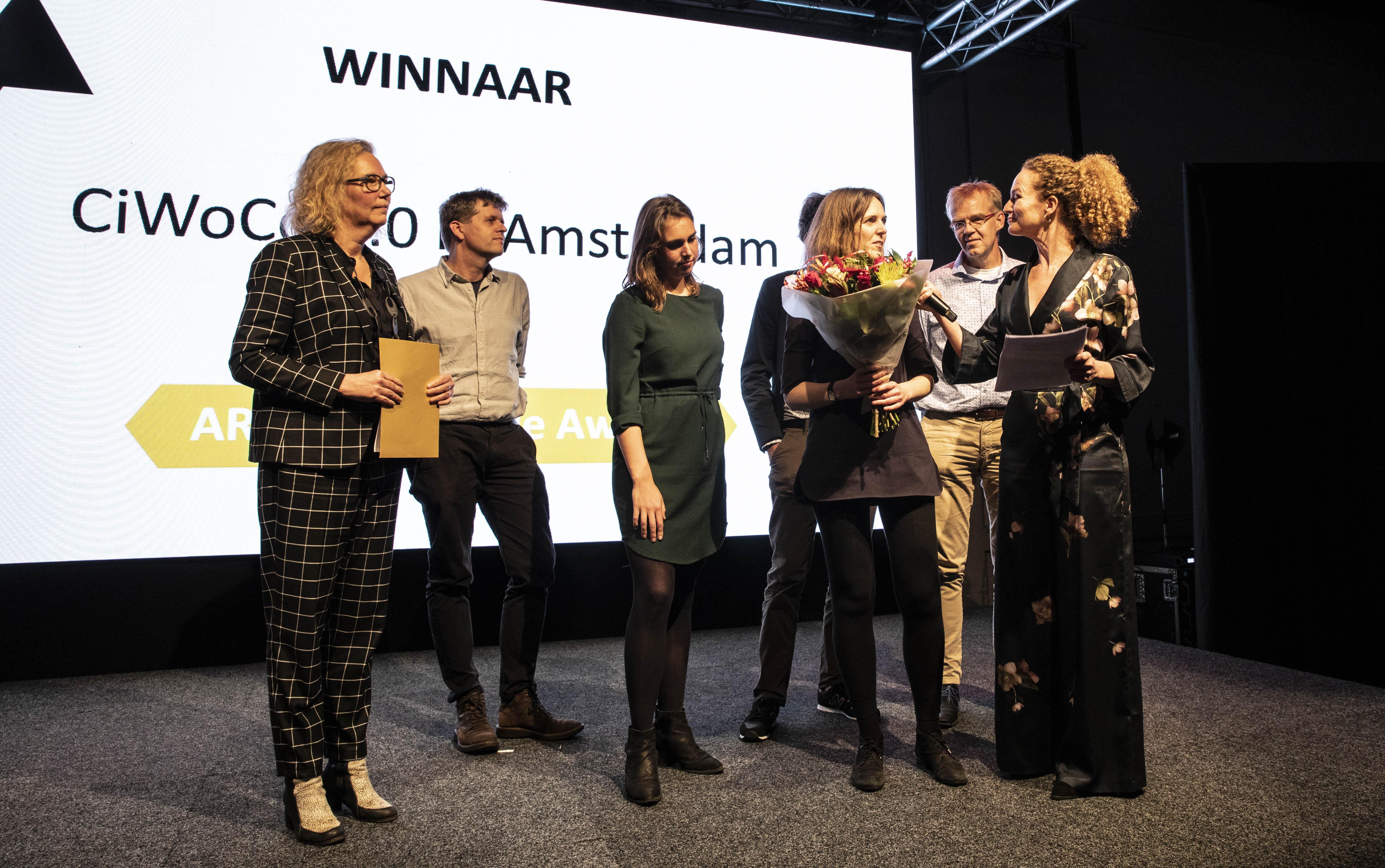 <p>Het team van GAAGA ontvangt uit handen van Irma van Oort (jury ARC19 Innovatie Award) de ARC19 Innovatie Award voor het project CiWoCo 1.0. Beeld J.W. Kaldenbach</p>