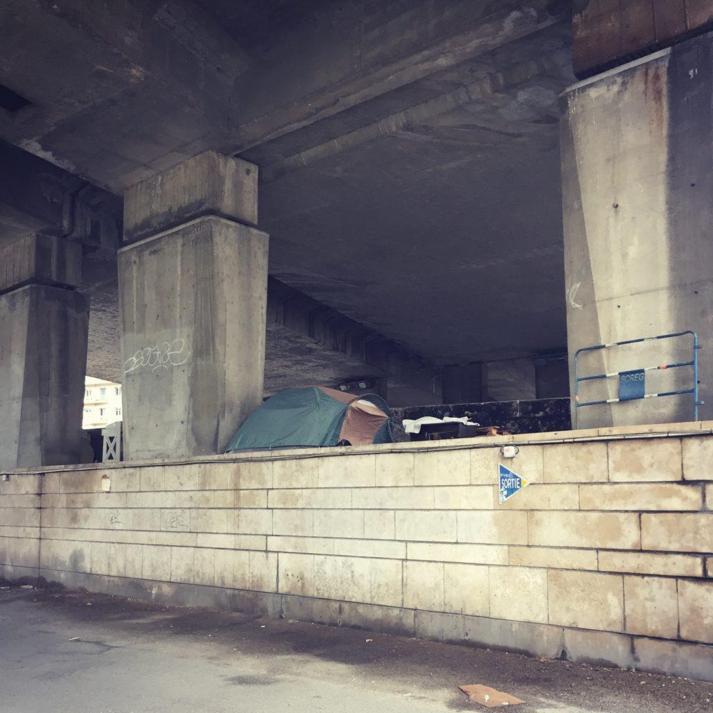 Een tent onder een viaduct van de Route Soleil in Lyon (FR). Beeld Robbert Guis