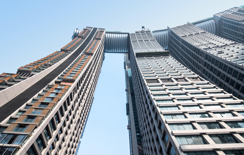 <p>Crystal, de driehonderd meter lange horizontale toren die op vier van de acht torens ligt</p>