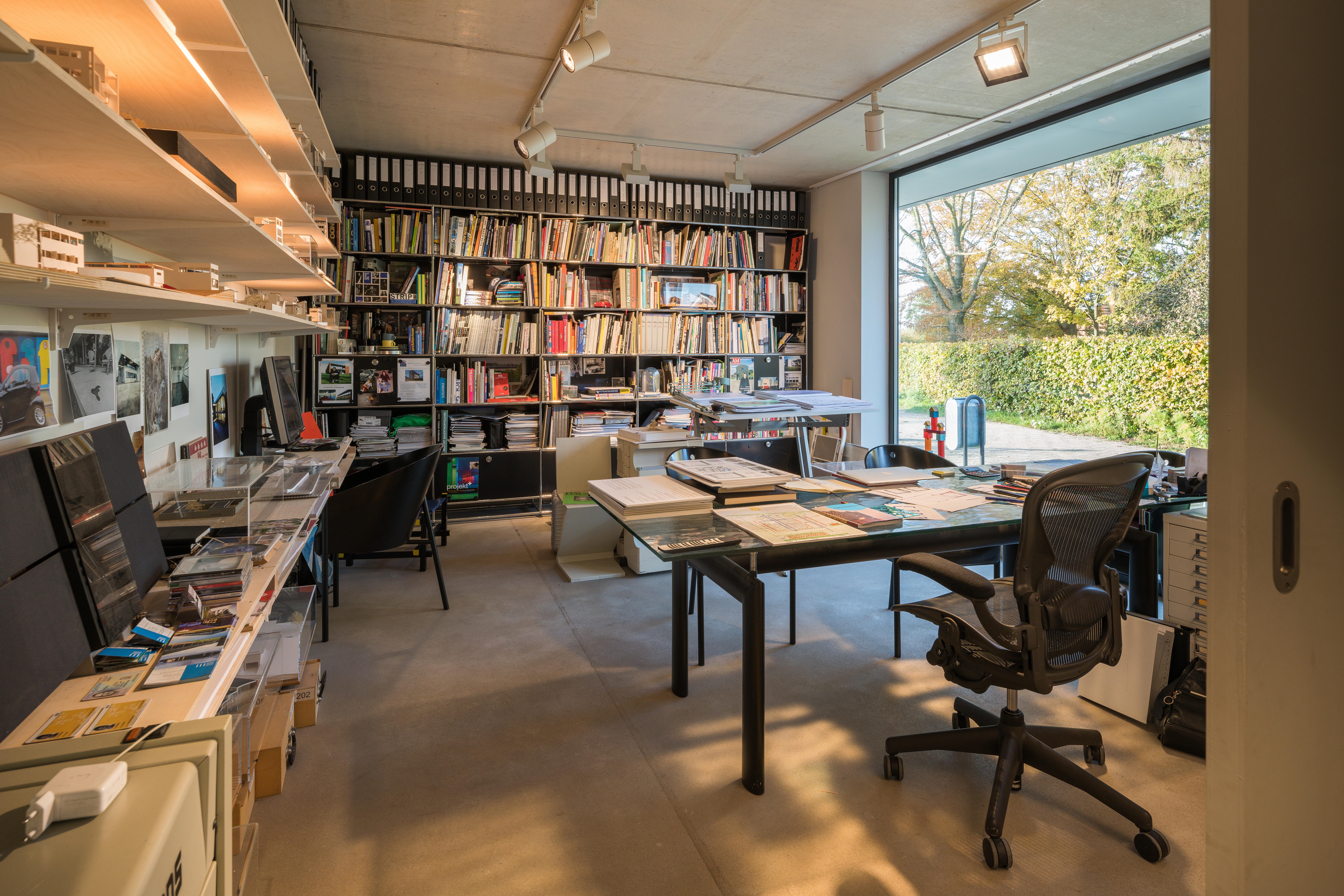 <p>Werkruimte van de architect, die in een later stadium verbouwd kan worden tot een aparte woning. Beeld Jan de Vries</p>