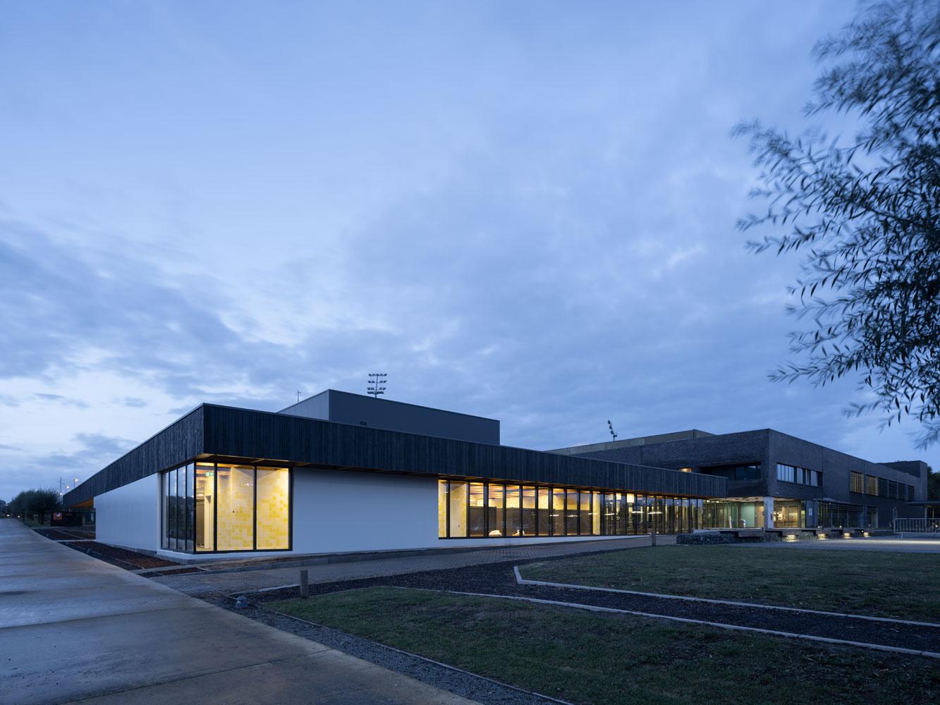 <p>Exterior Beeld Ossip van Duivenbode</p>